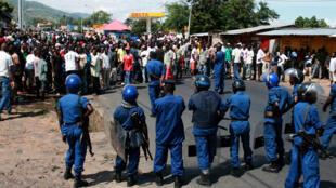 La contestation contre un troisième mandat du président Pierre Nkurunziza ne faiblit pas au Burundi. Ici, dans le centre de Bujumbura, le 11 mai.