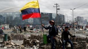 Des habitants rassemblés après une manifestation contre le président Lenin Moreno à Quito, le 13 octobre 2019.