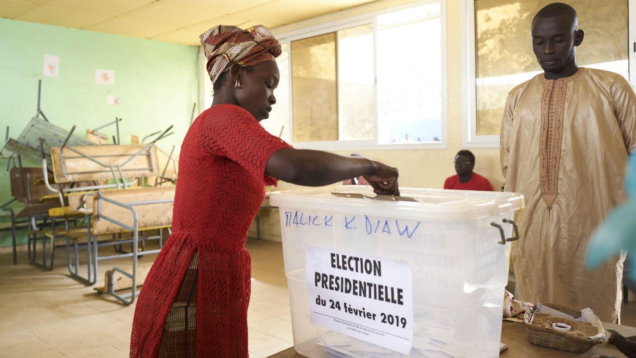 فرز الأصوات في الانتخابات الرئاسية في شهر فبراير/شباط التي فاز فيها ماكي سال بولاية ثانية