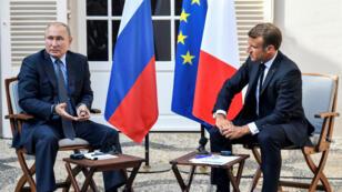 El presidente francés, Emmanuel Macron, reunido con el presidente de Rusia, Vladimir Putin, en su retiro de verano en el Fuerte de Bregançon en el sur de Francia, el 19 de agosto de 2019.