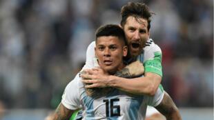 Lionel Messi et le défenseur Marcos Rojo après le but décisif de ce dernier, qui a qualifié l'Argentine aux huitièmes de finale, le 26 juin 2018.