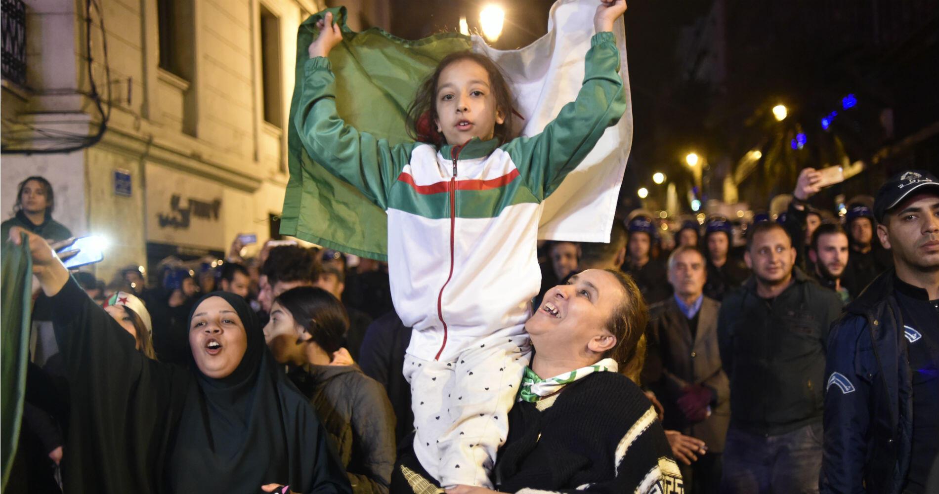 À Alger, un concert de klaxons a accueilli la nouvelle et beaucoup sont descendus en famille dans la rue pour saluer cette démission.