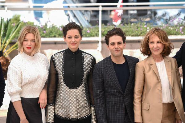 Xavier Dolan entouré de Léa Seydoux, Marion Cotillard et Nathalie Baye.