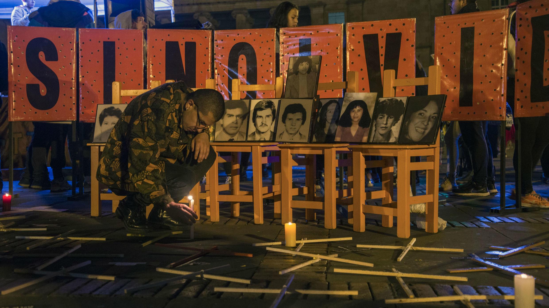 La gente enciende velas para honrar a los 246 líderes sociales asesinados entre 2018 y 2019 en Colombia durante una manifestación en la plaza Bolívar en Bogotá el 6 de marzo de 2019.