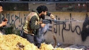 مقاتل ليبي موال لحكومة الوفاق الوطني يطلق النار خلال اشباكات مع قوات المشير خليفة حفتر في عين زارة في العاصمة طرابلس في 10 نيسان/أبريل 2019