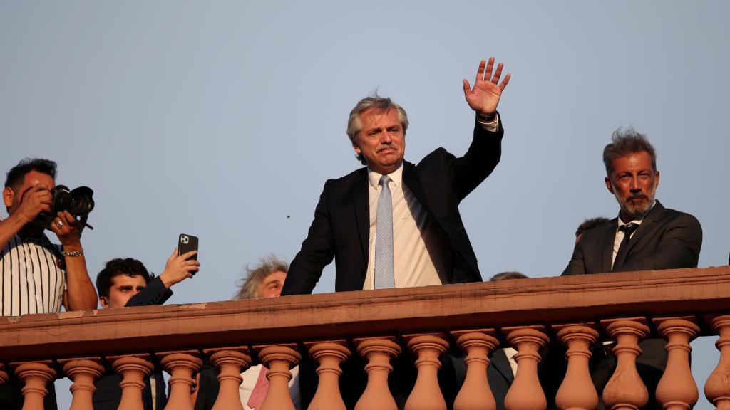 Imagen de archivo. Alberto Fernández saluda desde la Casa Rosada después de ser investido presidente.
