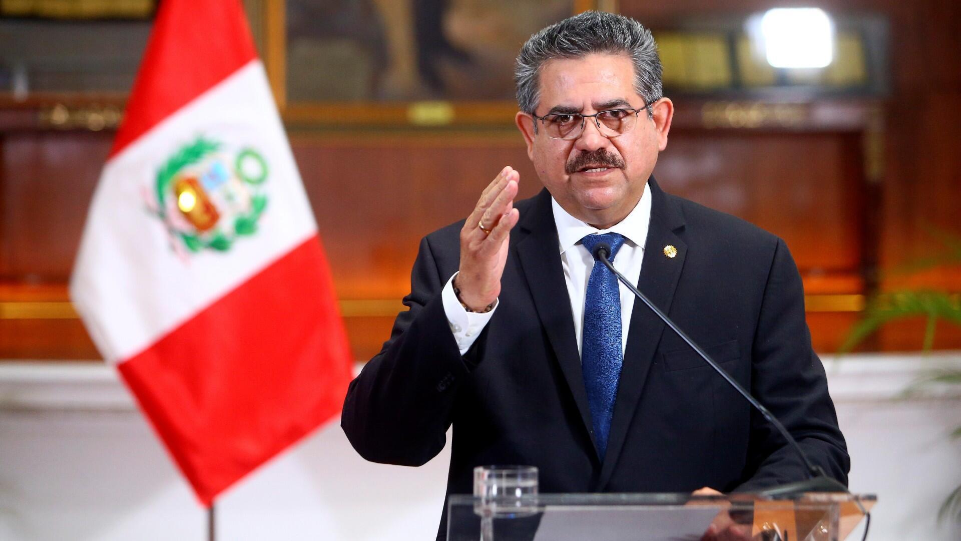 El presidente transitorio de Perú, Manuel Merino, anuncia su renuncia en un discurso televisado, en Lima, Perú, el 15 de noviembre de 2020.