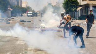 اندلعت اشتباكات بين الشرطة والمتظاهرين في تطاوين، جنوب تونس، الأحد 21 يونيو/حزيران 2020.