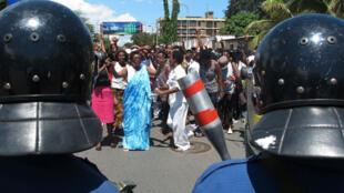Des femmes burundaises manifestent dimanche 10 mai pour le douzième jour de suite contre un troisième mandat de Pierre Nkurunziza.