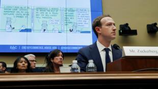 El CEO de Facebook, Mark Zuckerberg, compareció ante el Comité de Energía y Comercio de la Cámara de Representantes en Washington. Durante la intervención del congresista Michael Burgess, una caricatura de Dilbert fue proyectada al tiempo que hizo preguntas sobre el uso y protección de datos, el 11 de abril de 2018.