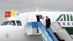 Le pape François à son arrivée à l'aéroport d'Ankara, en Turquie, le vendredi 28 novembre.