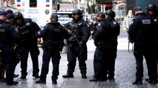 Policías y técnicos de explosivos montan guardia en el exterior del edificio evacuado sede de Time Warner en Nueva York (Estados Unidos) este 24 de octubre del 2018.