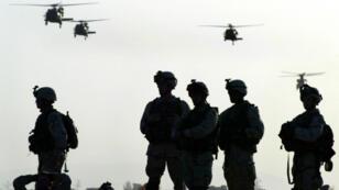 جنود أمريكيون بانتظار الصعود على متن مروحيات عسكرية في قندهار أيار/مايو 2003