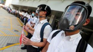 Des lycéens manifestent pacifiquement en formant une chaîne humaine à HongKong, le 9septembre2019.