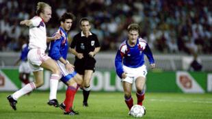 Éric Cantona et Didier Deschamps lors d'un match de l'équipe de France en 1990.