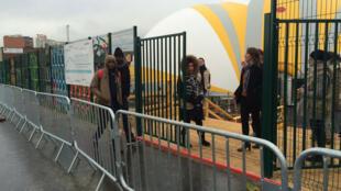 Les premiers arrivants entrent dans le sas du camp humanitaire de Paris, le 10 novembre.