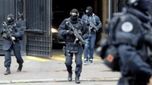 شرطيون فرنسيون أثناء محاكمة أحد الجهاديين في 15 تشرين الثاني/نوفمبر في باريس