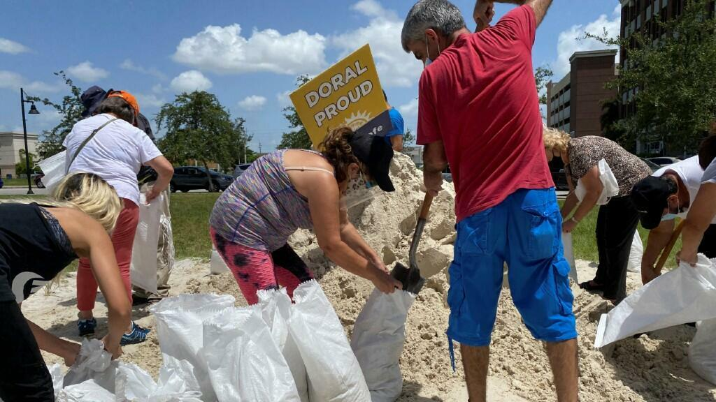 Varios ciudadanos recolectan sacos de arena para hacer frente al huracán Isaías. En Doral, Florida, Estados Unidos. EL 31 de julio de 2020.