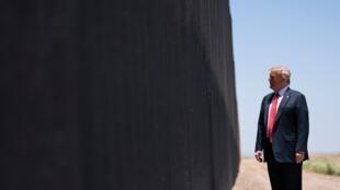 En esta foto de archivo del 23 de junio de 2020, el presidente Donald Trump recorre una sección del muro fronterizo en San Luis, Arizona. Se espera que el presidente Donald Trump viaje a la frontera entre Estados Unidos y México el martes 12 de enero de 2021 para destacar su trabajo de la administración en el muro fronterizo.