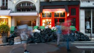 Les ordures s'accumulaient, jeudi 9 juin 2016, dans le quartier de Saint-Germain-des-Prés à Paris, en raison de la grève des conducteurs de camions-bennes.