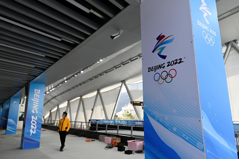 Un journaliste visite le National Sliding Center pour les Jeux olympiques d'hiver de 2022 dans le district de Yanqing, au nord-ouest de Pékin, le 5 février 2021