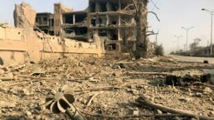 """مبنى في دير الزور خلال عملية عسكرية للقوات السورية ضد تنظيم """"الدولة الإسلامية"""" في 4 تشرين الثاني/نوفمبر 2017"""