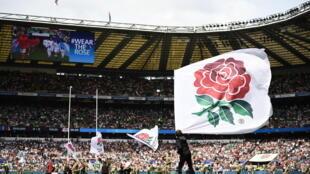 Le drapeau du XV de la Rose est agité avant un match de l'Angleterre contre le Pays de Galles, le 11 août 2019 au stade de Twickenham à Londres