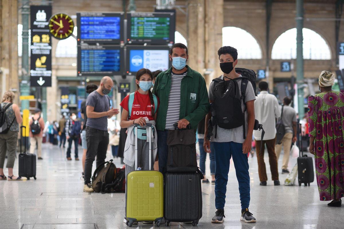 James Augier et ses deux enfants avant de prendre l'Eurostar à la Gare du Nord à Paris, le 14 août 2020.