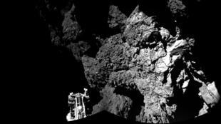 """- صور وكالة الفضاء الأوروبية للروبوت (فيلا) على سطح المذنب """"تشوري"""" في 20 آذار/مارس 2015"""