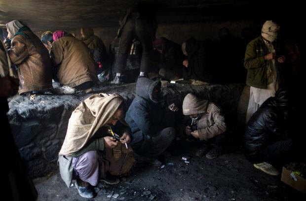 Fumeurs d'opium sous le pont de Kaboul, capitale afghane, le 11 janvier 2014. Johannes Eisele / AFP