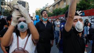 Des manifestants libanais protestent contre l'effondrement de leur monnaie devant la Banque centrale du Liban, le 23 avril 2020 à Beyrouth.