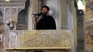 El líder del grupo Estado Islámico Abu Bakr al-Bagdadi en lo que sería su primera aparición pública en una mezquita en el centro de la segunda ciudad iraquí, Mosul, según una grabación de video publicada en Internet el 5 de julio de 2014.