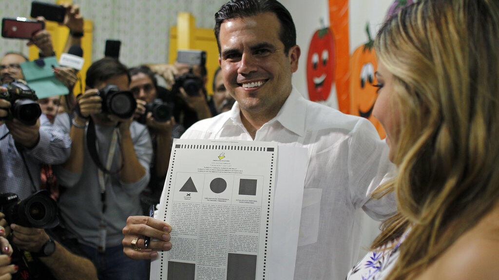 Le gouverneur de Porto-Rico au bureau de vote lors du référendum, dimanche 11 juin 2017.