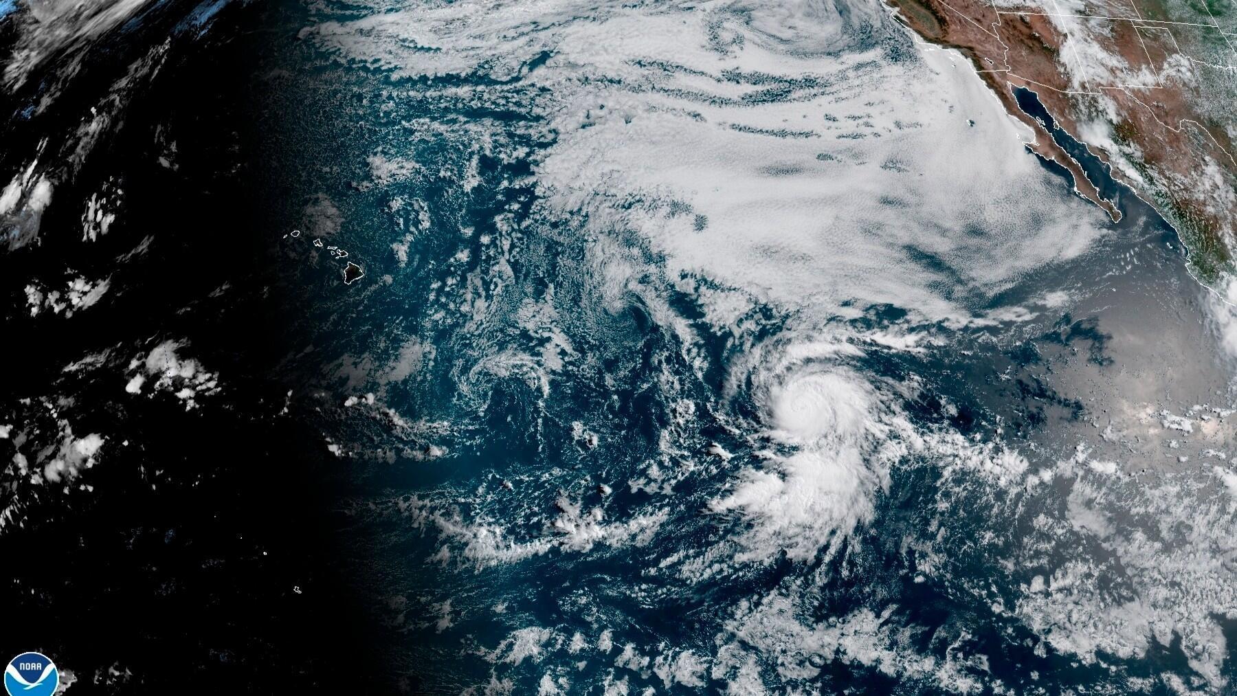 Fotografía cedida por la Administración Nacional Oceánica y Atmosférica (NOAA) de Estados Unidos por vía del Centro Nacional de Huracanes (NHC) donde se muestra la localización del huracán Douglas en frente de las costas del pacífico mexicano este miércoles a las 16:50 GMT.