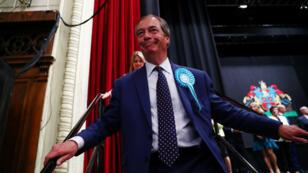 El líder del Partido Brexit, Nigel Farage, deja la tarima tras pronunciarse sobre los resultados de las elecciones al Parlamento Europeo en Southampton, Gran Bretaña, el 27 de mayo de 2019.