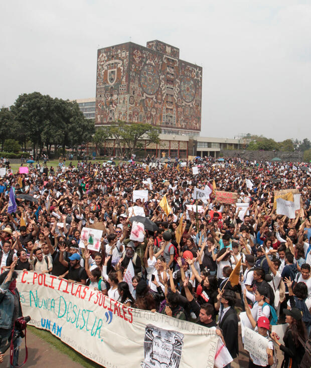 Miles jóvenes mexicanos marchan para condenar violencia contra universitarios