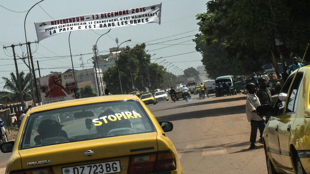 Une rue de Bangui avec une banderole qui annonce le référendum constitutionnel le 13 décembre.