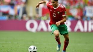 المدافع المغربي أشرف حكيمي خلال هجمة في المباراة ضد البرتغال في مونديال روسيا في 20 حزيران/يونيو 2018