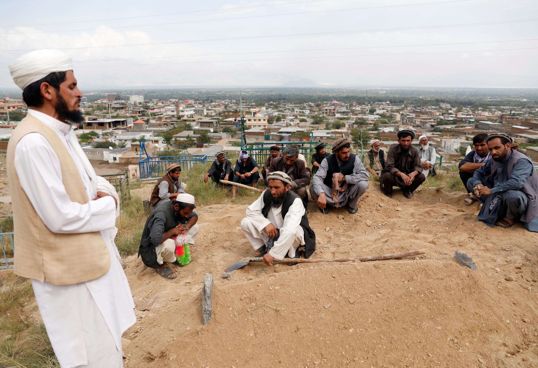 أقارب يشاركون في مراسم دفن ضحيتين في فيضانات شاريكار، عاصمة إقليم باروان، أفغانستان، 27 أغسطس/ آب 2020