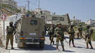 Des soldats israélienslors d'une opération de recherches dans le village de Beit Fajjar, en Cisjordanie, le 8août2019.