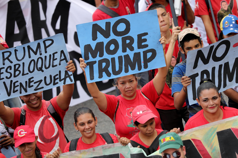 Los partidarios de Nicolás Maduro sostienen pancartas anti-Trump durante un mitin contra las sanciones de Estados Unidos a Venezuela, el 10 de agosto de 2019.