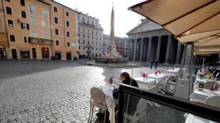 Terrasse de café près du Panthéon, à Rome, en Italie, le 1er février 2021.