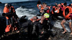 Arrivée de migrants sur l'île de Lesbos, le 28 octobre, après avoir traversé la mer Égée sur une embarcation de fortune.