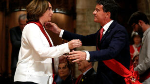 Accolade entre la maire Ada Colau et Manuel Valls, lors de la cérémonie d'investiture à la marie de Barcelone, le 15 juin 2019.