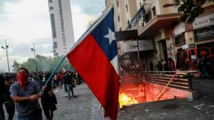 Manifestantes queman la estación de metro donde el INDH denunció torturas por parte de la Policía en la multitudinaria marcha del viernes 26 de octubre