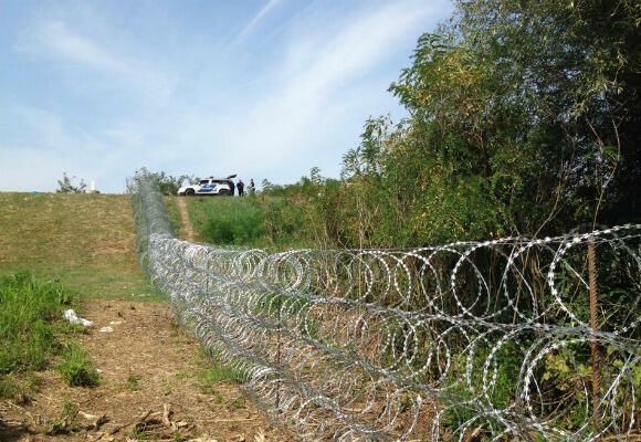 Migrants will have to get past this fence erected by Hungarian authorities along the border with Serbia. (Photo: Fernande van Tets)