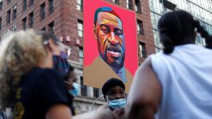 Este retrato pintado de George Floyd acompaña una de las protestas en contra del racismo en Nueva York, Estados Unidos, el 8 de junio de 2020.