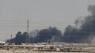 La planta petrolífera de la empresa árabe Aramco arde tras los ataques de una serie de drones.
