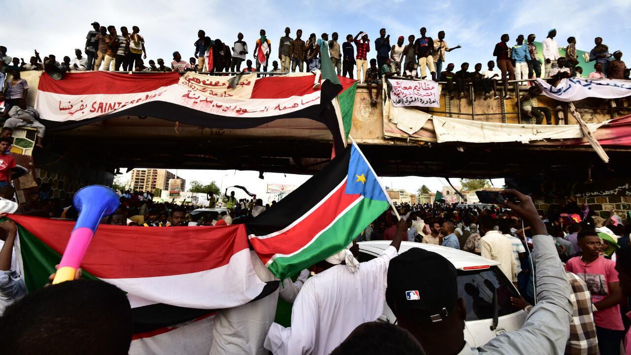 متظاهرون في الخرطوم، في 14 أبريل/نيسان 2019.