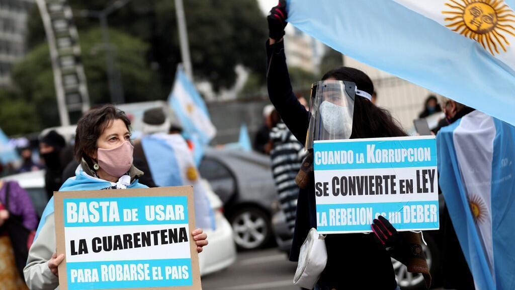 Varias personas contrarias a la gestión del presidente Alberto Fernández se manifiestan en Buenos Aires en plena pandemia del coronavirus. El 20 de junio de 2020.